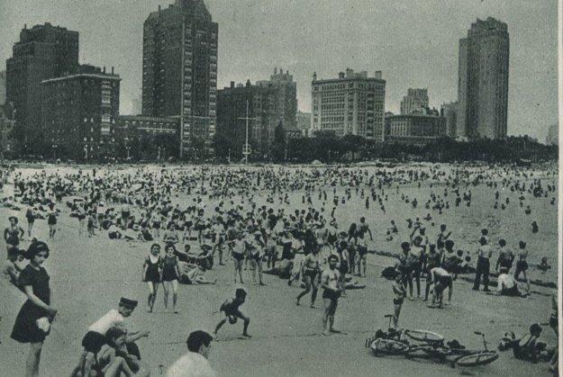 Davy kúpajúcich amerického veľkomesta Chicago hľadajú osvieženie na pláži.