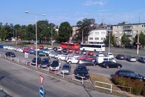 Parkovisko pred vlakovou stanicou v Trnave.