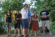 Slameri na pódiu Trafačky - zľava Anatol Svahilec, Tomáš Straka, performer aj moderátor akcie Honza Dibitanzl, Pavel Oškrkaný, Adeladla a hosť Michal Komžík.