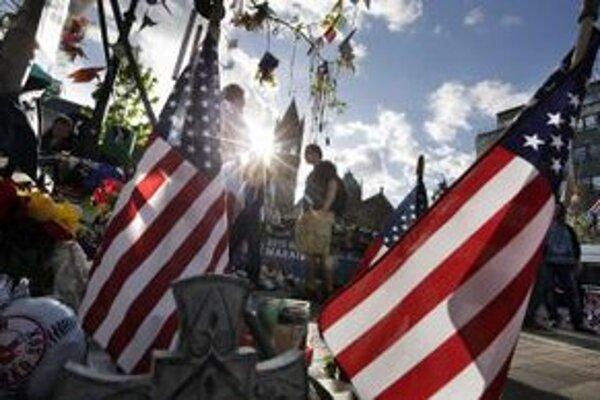 V Bostone stále spomínajú na obete aj zranených.
