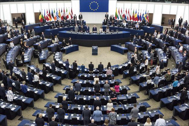 Rokovacia sála Európskeho parlamentu aj so slovenskou vlajkou