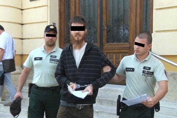 Môže sa stať iba na Slovensku: súd má obavy z konania Adriána B., napriek tomu ho pustil na slobodu.