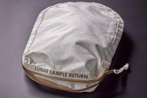 Vrecúško, do ktoré Neil Armstrong zbieral vzorky lunárneho prachu a hornín. Hodnota: 2-4 milióny dolárov