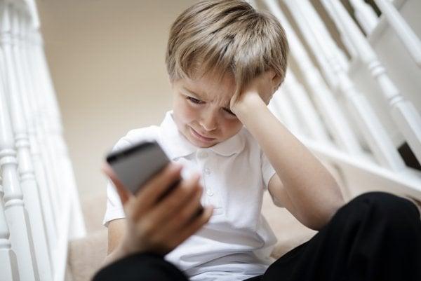 Kyberšikana spôsobuje úzkosti aj depresie.