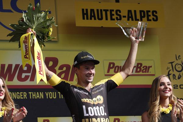 Slovinec Primož Roglič (Lotto Jumbo) oslavuje na pódiu víťazstvo v 17. etape cyklistických pretekov Tour de France 2017.