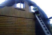 Príčinu požiaru chaty vyšetrujú.