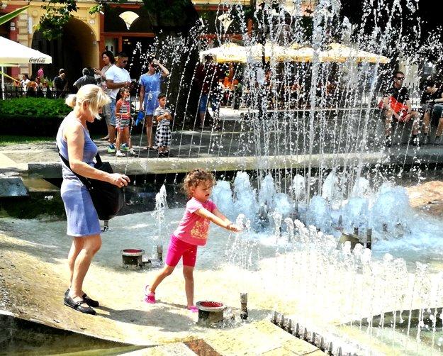 Vítané osvieženie. Hrajúca fontána je oázou v košickom centre.