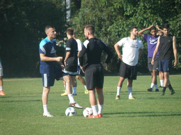 Naľavo v modrom drese kapitán KFC Michal Podlucký v rozhovore so spoluhráčom.