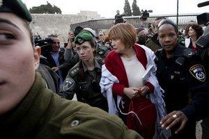 Izraelská polícia zatýka jednu zo žien.
