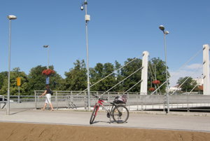 Na stanovisku pri Chrenovskom moste bude dvanásť parkovacích miest pre bicykle, bude tu umiestnených osem kmeňových bicyklov.