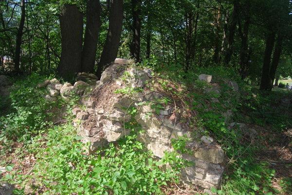 Ruiny stredovekého kostolíka znovuobjavili pri čistení cintorína.