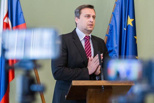 Predseda SNS vypovedal koaličnú zmluvu.