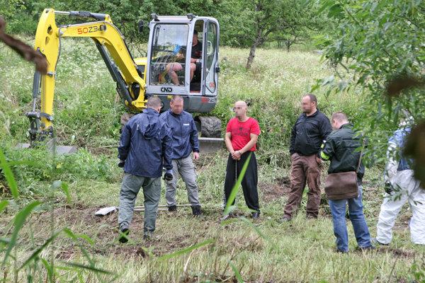Miroslav (v červenom) polícii v roku 2017 ukazoval miesta, kde nechal pozostatky svojich obetí.