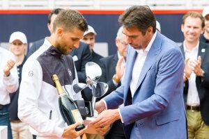 Vlani si Martin Kližan (vľavo) preberal od riaditeľa turnaja v Hamburgu Michaela Sticha víťaznú trofej.