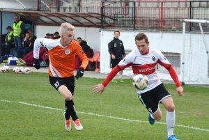 Na snímke z minulej sezóny vľavo Renáto Meszlényi zo zápasu Púchova s Galantou.