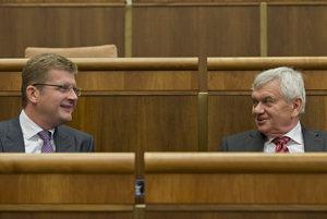 Ľubomír Jahnátek s ministrom hospodárstva Petrom Žigom, ktorý ho do funkcie predsedu regulačného úradu nominoval na základe neverejného vypočutia.
