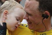 Christopher Froome sa raduje z víťazstva so svojím synom Kellanom.