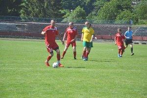 Nováčik 5. ligy Pov. Bystrica (na snímke v červenom) sa presvedčil o kvalite účastníka krajskej súťaže.