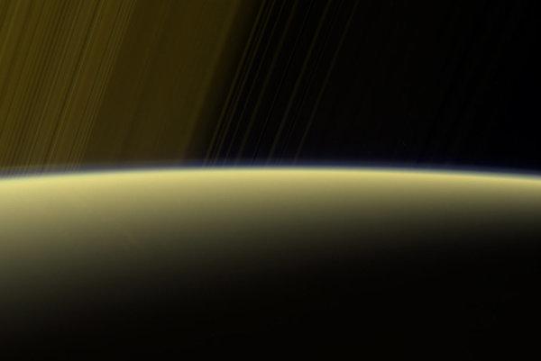 Záber na Saturn a jeho prstence vo falošných farbách. Na okraji planéty sa dá rozoznať tenká vrstva hmly.