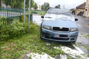 Poškodené auto. Dopadol naň strom.