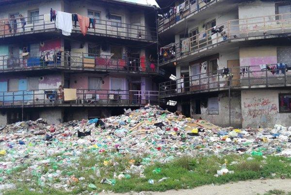 Halda smetí. Odpad sa hromadí len pár centimetrov od vchodu do bytovky.