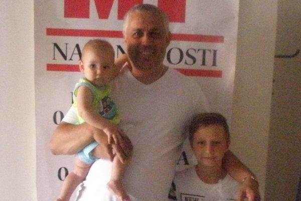 Víťaz tipovačky Roman Ivan s rodinkou