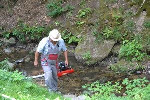 Čerpanie vody z potoka.