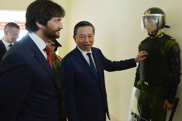 Minister vnútra Robert Kaliňák a vietnamský minister pre vnútornú bezpečnosť generál To Lam.