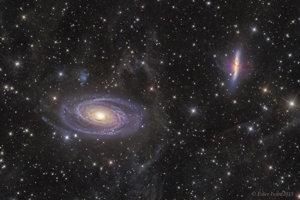 Blízke galaxie M81 (vľavo dole) a M83 (vpravo hore), medzi ktorými zrejme dochádza k medzigalaktickému prenosu hmoty.