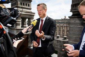 Minister vnútra Anders Ygema rezignoval.