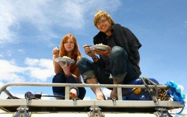 Alena s priateľom Honzom si v Chile stopli džíp a majitelia im ponúkli jedlo.
