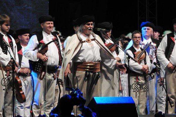 Autor, dramaturg, a režisér programu, bard kysuckého folklóru- Pavol Kužma (v strede).