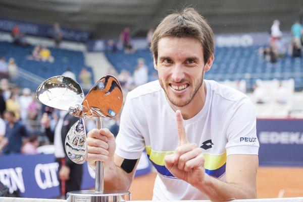 Leonardo Mayer s trofejou pre víťaza.