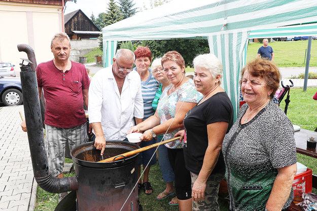Miestne dôchodkyne navarili päť kotlov guľášu.