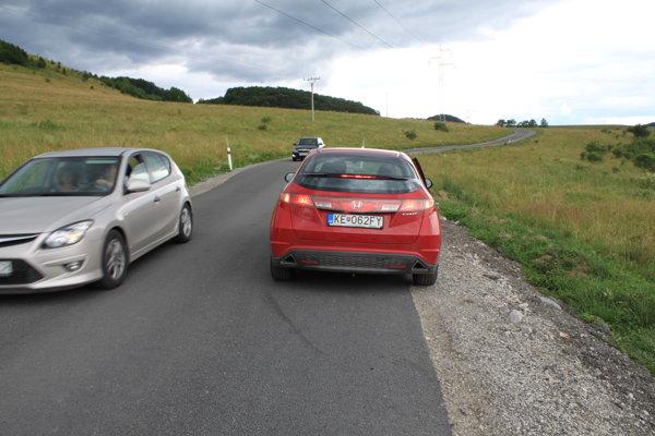 Cestu rozširujú, aby sa autá v pohode vyhli.