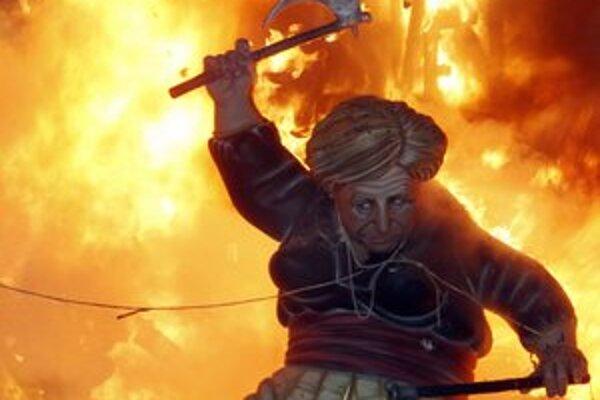 Figurínu Angely Merkelovej spálili Španieli na sv. Jozefa počas sviatku Fallas vo Valencii. Nemecká kancelárka sa pre južanské krajiny stala symbolom krízy.
