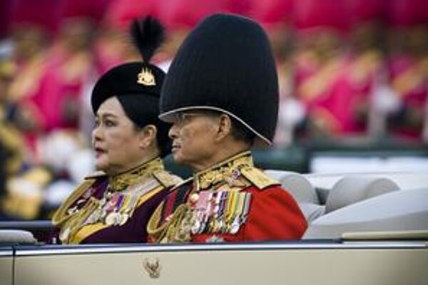 Kráľ Pchúmipchón Adundét a monarchia sú nedotknuteľné.