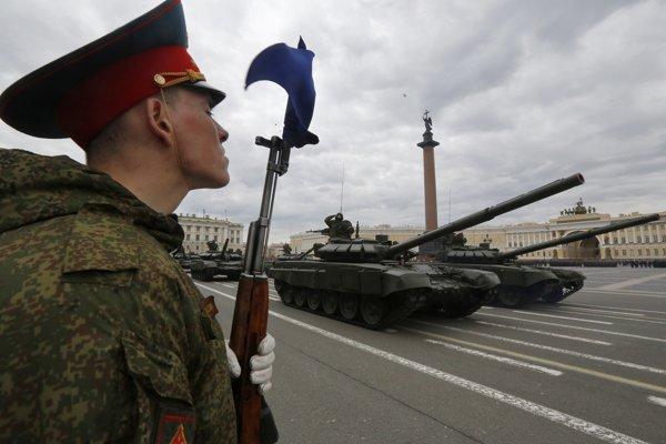 Rusko ukazuje svoju silu na vojenských prehliadkach aj na cvičeniach.