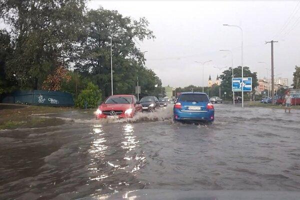 Zaplavená Štúrova ulica, úsek za kruhovým objazdom smerom na Mlynárce.