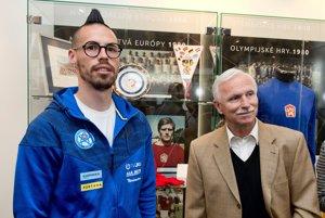 Jozef barmoš (vpravo) s Marekom Hamšíkom počas otvorenia Siene slávy slovenského futbalu.