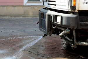Polievaním sa znižuje prašnosť aj vlhčí vzduch.