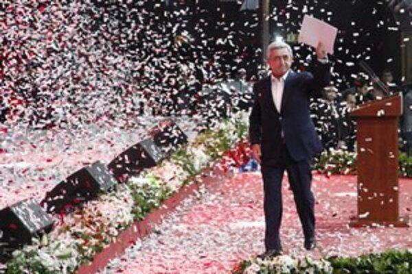 Sarkisian išiel do volieb bez reálneho súpera.