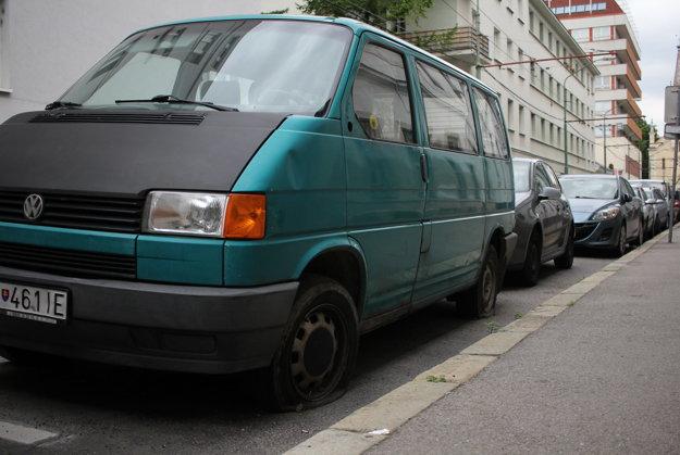 Zelený Transporter stojí na platenom mieste už mesiace. Pár dní mal aj papuču od mestskej polície.