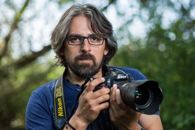 Tomáš Hulík (41), prírodovedec, fotograf, filmár. Jeho vášňou sú bobry, filmy nakrúcal pre National Geographic aj s Pavlom Barabášom. Pravidelne píše komentáre pre denník SME.