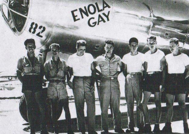 Posádka bombardéra B-29, ktorá zhodila prvú atómovú bombu na mesto Hirošima.