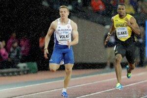 Ján Volko počas semifinále behu na 200 metrov, vedľa neho šprintuje Yohan Blake z Jamajky.