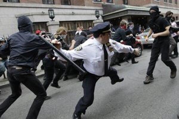 Polícia na niektorých miestach proti demonštrantom tvrdo zasahovala.