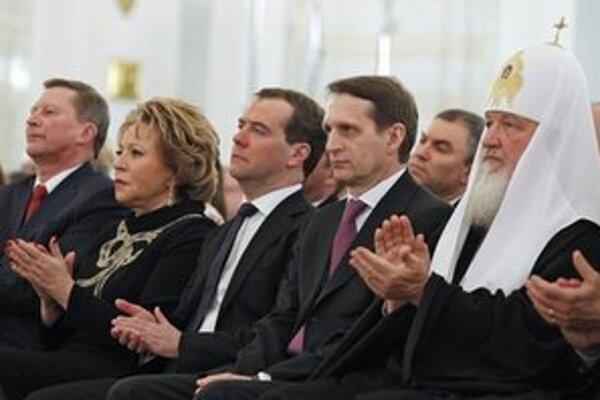 Premiér Medvedev (v strede) a patriarcha Kirill I. (vpravo).
