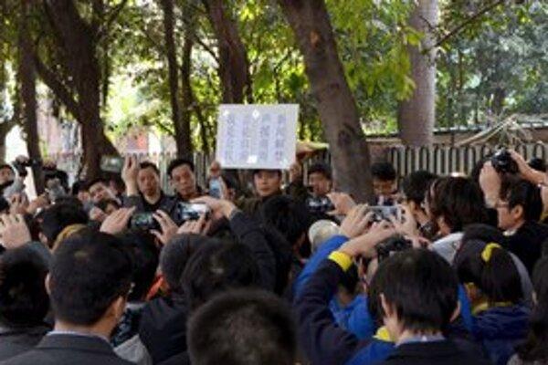 Čínski novinári žiadajú, aby mohli slobodne písať. Podporili ich aj ľudia v uliciach.