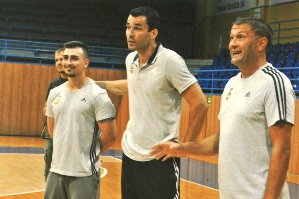 Vedenie mužstva. Zľava kondičný tréner Patrik Vereb, manažér Richard Leško a tréner Miljan Čurovič.